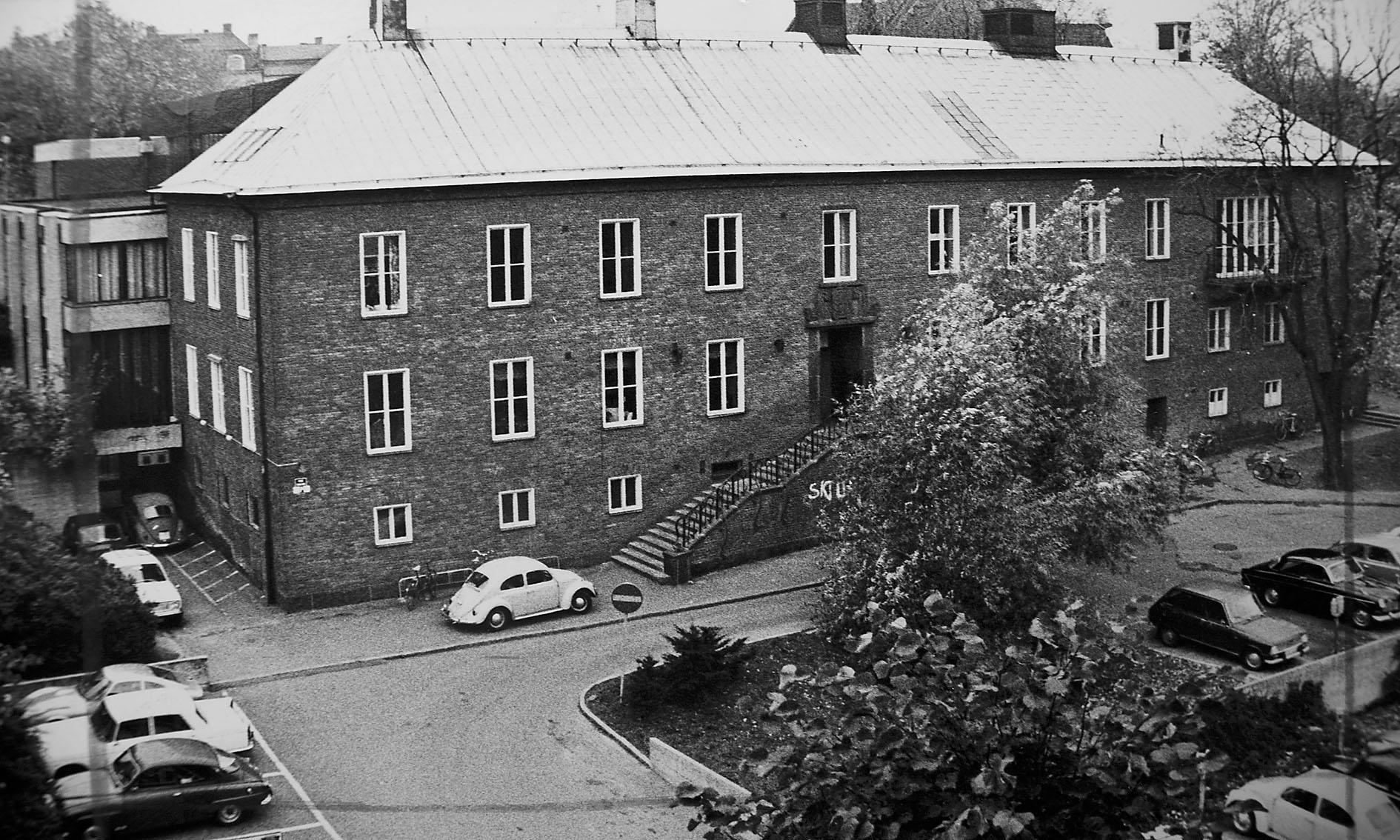 I Spionens arkiv finns många bilder från svunna tider – den här är tagen någon gång på 60-talet, efter att husets byggdes ut, men innan det att tidningens nuvarande redaktion gjordes i ordning och fick en balkong (ovanför den som syns på bilden.)